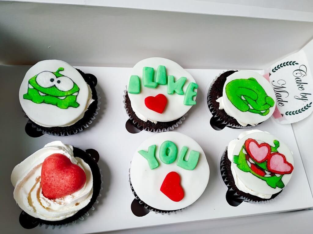 Cupcakes decorados y personalizados en Bogotá   En  Cake by Made puedes escoger tu mensaje y el diseño de tus cupcakes ya sean Corporativos, empresariales o con mensajes personalizados